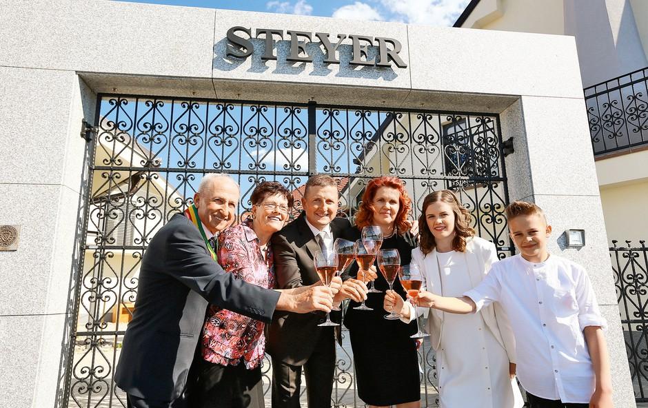 Družina Steyer: Njihov boter trte je tudi Kučan (foto: Mediaspeed)