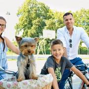 S Kiamom uživata v ribolovu, družinsko pa se odpravijo tudi na kolesarjenje.