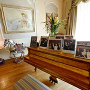 Spomini Na koncertnem klavirju je Zsa Zsa imela veliko fotografij, spomine na  lepe trenutke.