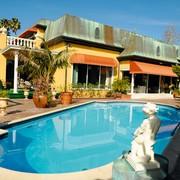 Z velikim bazenom Na vrtu hiše je bazen, ki ga krasijo bele skulpture.