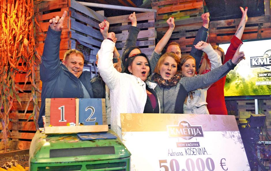 Tako se je zmage veselila Adriana v družbi prijateljic s Kmetije in družine.  (foto: Primož Predalič)