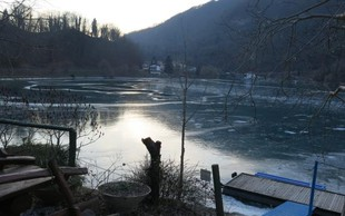 Reka Soča s tako debelim ledenim oklepom, da domačini iz Mosta na Soči česa takšnega ne pomnijo!