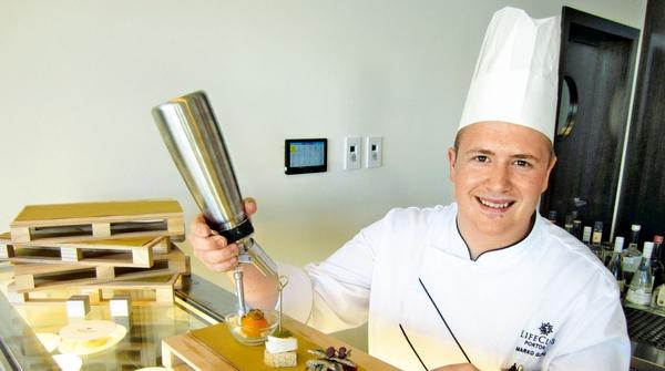 Kuhar Marko Gorela je v Portorožu kuhal s korejskima manekenkama