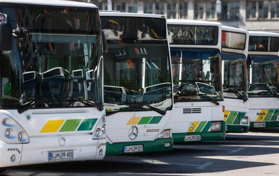 V LPP zagorel električni avtobus, ogelj pa se je razširil na stavbo in sosednje avtobuse! (foto: Anže Malovrh, STA)