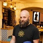Matjaž Šink, glavni kuhar, se je bližnjevzhodne kuhinje priučil (foto: Aleksandra Saša Prelesnik)