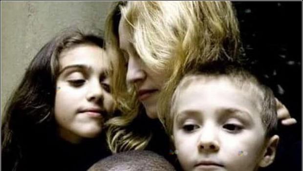 Madonna posvojila dvojčici iz Malavija (foto: profimedia)