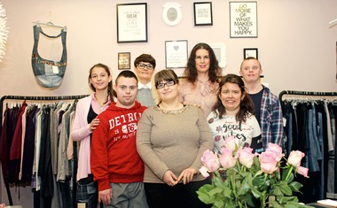 Vesna Vehovec in Alenka Žnidarič ustvarjata nove zgodbe iz starih oblačil