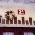 Kresni venčki so varovali hišo pred hudo uro  (Šmartno v Goriških brdih) (foto: Liljana Jantol Weber, dokumentacija Slovenskega etnografskega muzeja)