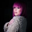 Nika Zorjan z roza lasmi, ki govori 'prekmurski jezik'