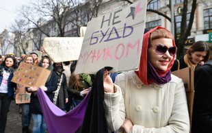 Zaradi protesta pred Kremljem priprli skupino feministk