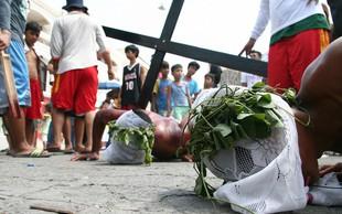 Na veliki petek so v filipinskih vaseh križali ducat spokornikov