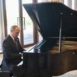 Putin je med čakanjem na kitajskega predsednika igral klavir