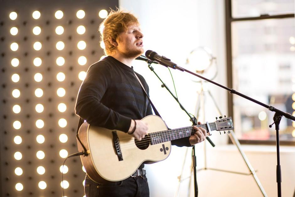 """Ed Sheeran pravi zase, da je bil zelo čuden otrok, ki ni imel prijateljev. """"Če si čuden otrok, lahko postaneš zanimiv in uspešen odrasel. Tisti, ki so bili normalni in popularni, so danes precej dolgočasni."""" (foto: profimedia)"""