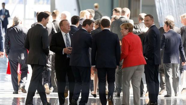 Trump s komolci v ospredje na vrhu Nata, ob rokovanju pa bi se ponovno ruval z Macronom! (foto: profimedia)