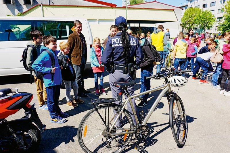 policisti, otroci, kolesa