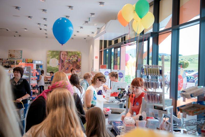 Z odprtjem nove dm prodajalne podprli športno udejstvovanje mladih in otrok v Logatcu