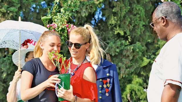 Ena od najpriljubljenejših slovenskih pevk Anika Horvat je zasluženo dobila svojo vrtnico na portoroškem vrtu slavnih. (foto: Jadran Rusjan, TZ Portorož)