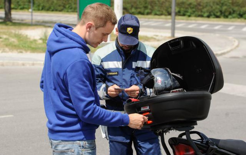 Policisti ponovno nad prehitre voznike (foto: Nebojša Tejić/STA)