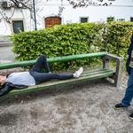 """Preizkušnja """"dormeo"""" klopice sredi Ambroževega trga. (foto: Tina Ramujkić)"""