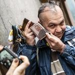 Taubi s sliko italijanskega duhovnika don Pierina Gelminija. (foto: Tina Ramujkić)