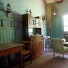 Ena od sob za glavo hiše, ki je opremljena s pristnimi starinami, stene pa so pobarvane z apnencem in valčkom, ki se je nekoč uporabljal za risanje vzorcev.