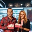 S šampinjoni v roza embalaži proti raku dojk: Jure Košir in Jana Koteska nadela roza predpasnike!