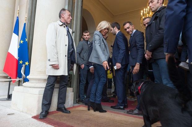 Macronov pes je med srečanjem članov vlade dvignil zadnjo tačko ob kamin v Elizejski palači (foto: profimedia)