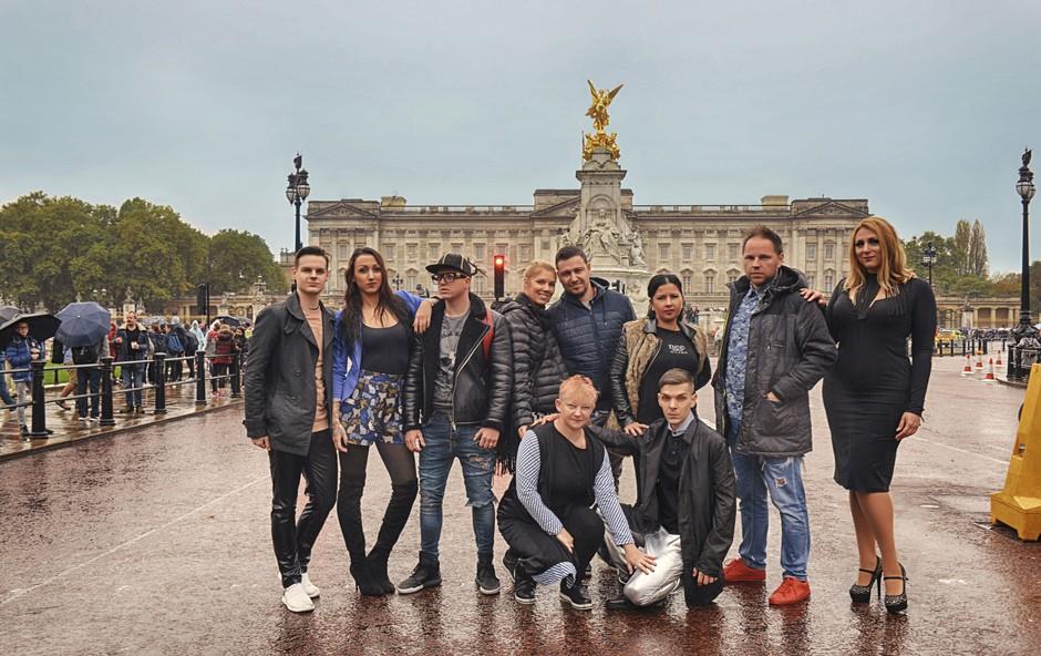 Ekipa, ki se pripravlja na modni šov, si je vzela nekaj prostega časa za ogled londonskih znamenitosti, med katerimi je tudi kraljeva palača. (foto: Press)