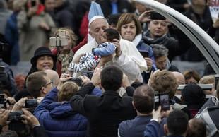 Papež Frančišek ob svetovnem dnevu revežev deli hrano