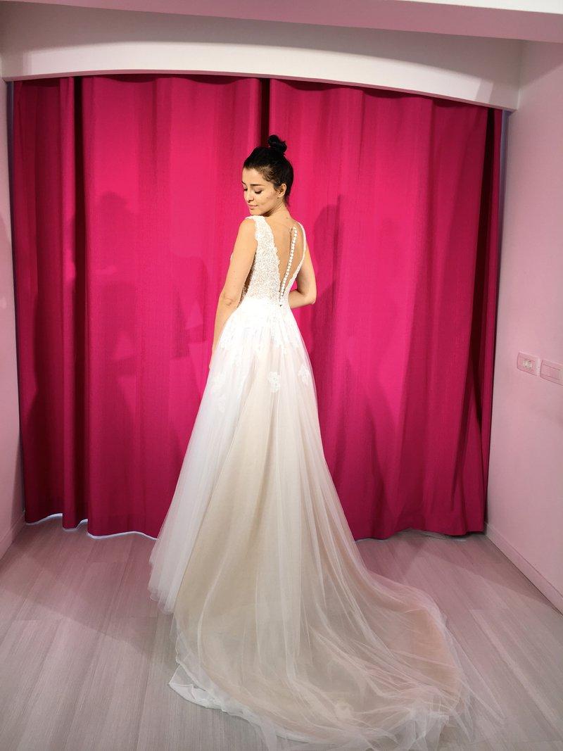 Imela bo kar dve poročni obleki!