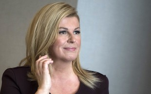 Kolinda Grabar Kitarović v oprijeti rdeči obleki športnikom izročila pokal