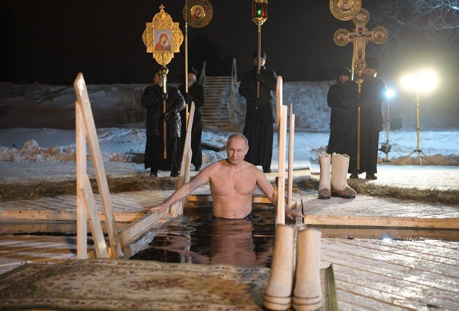 Vladimir Putin se je ob pravoslavnem prazniku potopil v ledeno jezero (foto: profimedia)