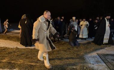Vladimir Putin se je ob pravoslavnem prazniku potopil v ledeno jezero