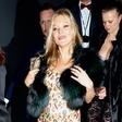 Kate Moss še vedno rada (pre)globoko pogleda v kozarec