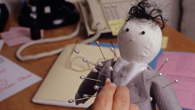 Študije so pokazale, da vudu lutka šefa, nad katero lahko sproščate jezo, izboljša moralo zaposlenih (foto: Profimedia)