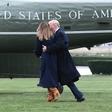 Donald Trump po travniku lovil padajočo Melanio