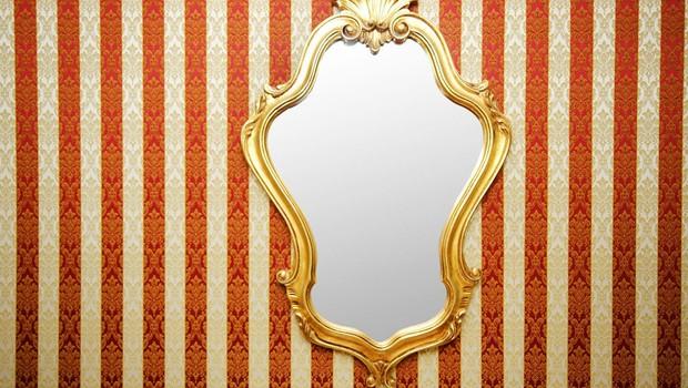 Dr. Kenan Crnkić s priliko o ogledalu in vodnikom po labirintu sedmih skrivnosti uspeha! (foto: profimedia)