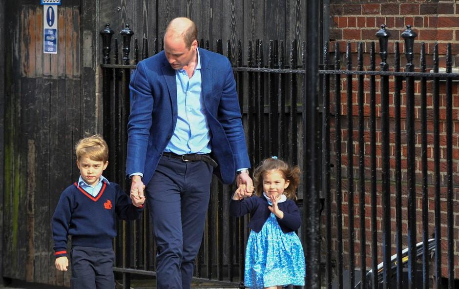Nagajivi princ George svojo sestrico Charlotte nežno udaril ob prihodu v porodnišnico (foto: Profimedia)