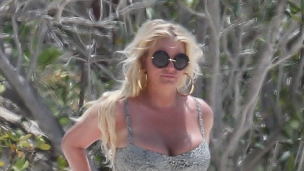 Jessica Simpson na plaži pokazala nakopičene kilograme (foto: Profimedia)
