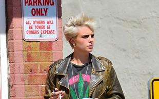 Cara Delevingne se tudi na ulici ne more upreti cigareti