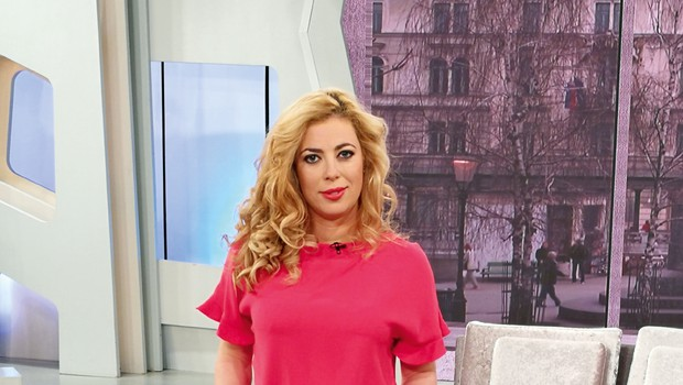 Voditeljica Ana Tavčar Pirkovič zna izpostaviti svojo ženstvenost (foto: Sport TV)