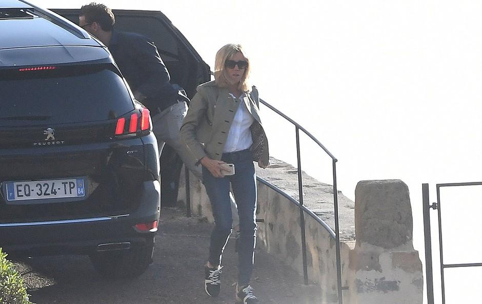 Francoska prva dama Brigitte Macron navdušila z drugačno modno kombinacijo (foto: Profimedia)