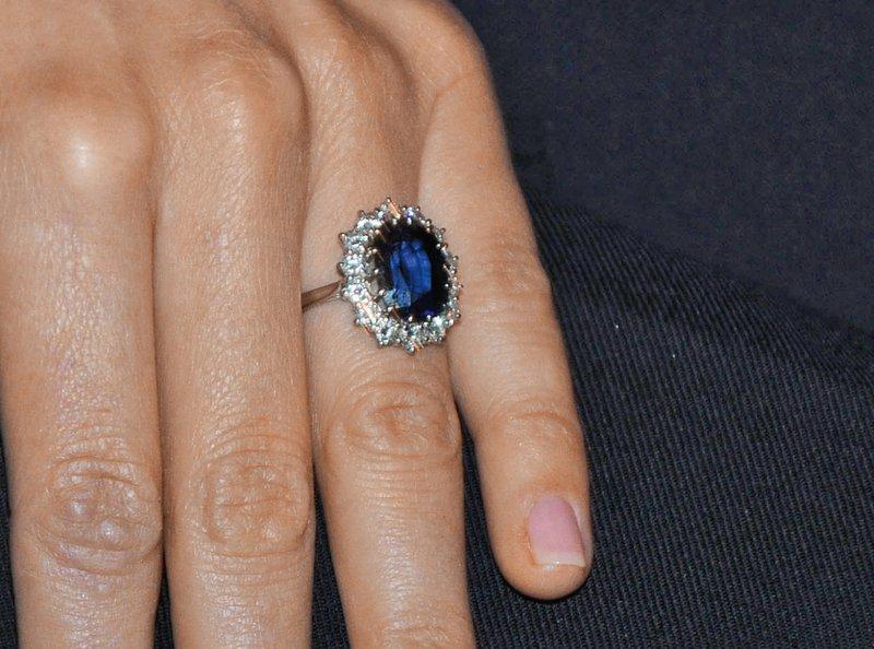 Nosi zaročni prstan, ki ni bil namenjen njej
