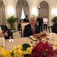 Trumpa je v Singapurju pričakala torta za 72. rojstni dan
