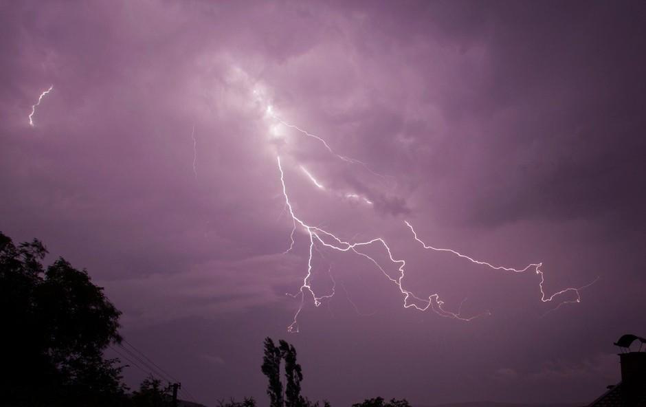 Nevihtno vreme še povzroča nevšečnosti, a danes še brez večjih posledic (foto: Profimedia)