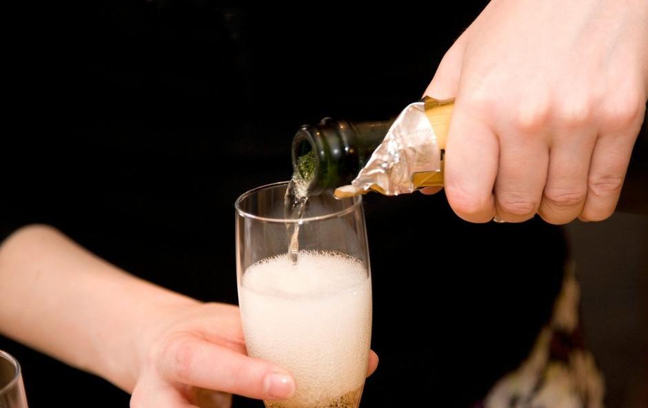Posledice brexita: britanska veriga pubov bo prenehala točiti francoski šampanjec (foto: Profimedia)