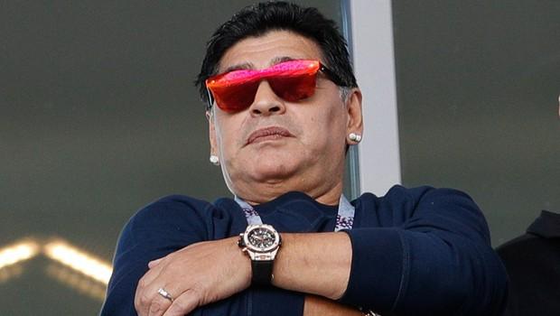 Maradona se je opravičil, ker je na sinočnji tekmi na tribuni kadil cigaro! (foto: profimedia)