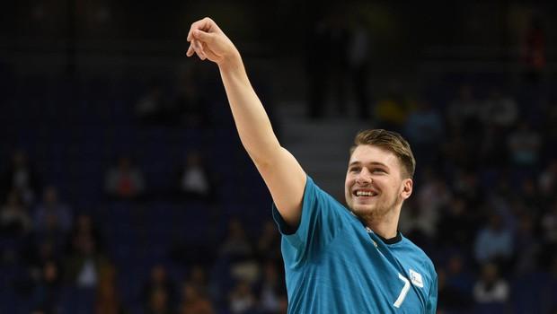 """Luko Dončića po tekmi razveselili (tudi) s prekmursko gibanico: """"Si lahko to odnesem?"""" (foto: Profimedia)"""