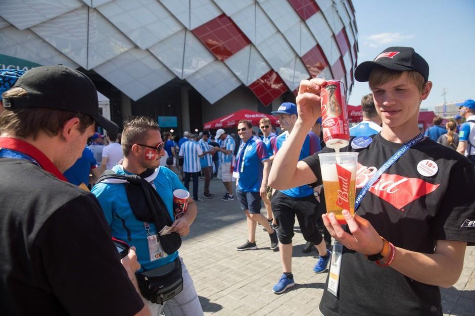 Nogometni navijači izpraznili zaloge moskovskih pivnic! Na poti že 20 vlačilcev iz Avstrije! (foto: profimedia)