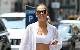 Jennifer Lopez je pri 48 letih pokazala čudovito izklesan trebušček